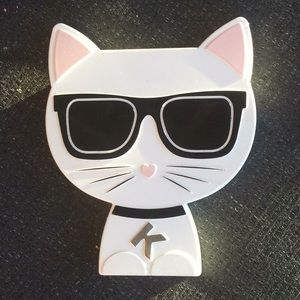 Limited editionKarl Lagerfield +Model Co choupette